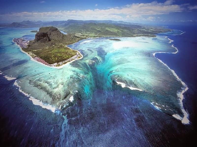 Невероятный и потрясающий подводный водопад!