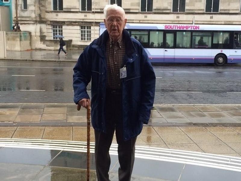 Как работники ВВС скрасили одиночество пожилого мужчины