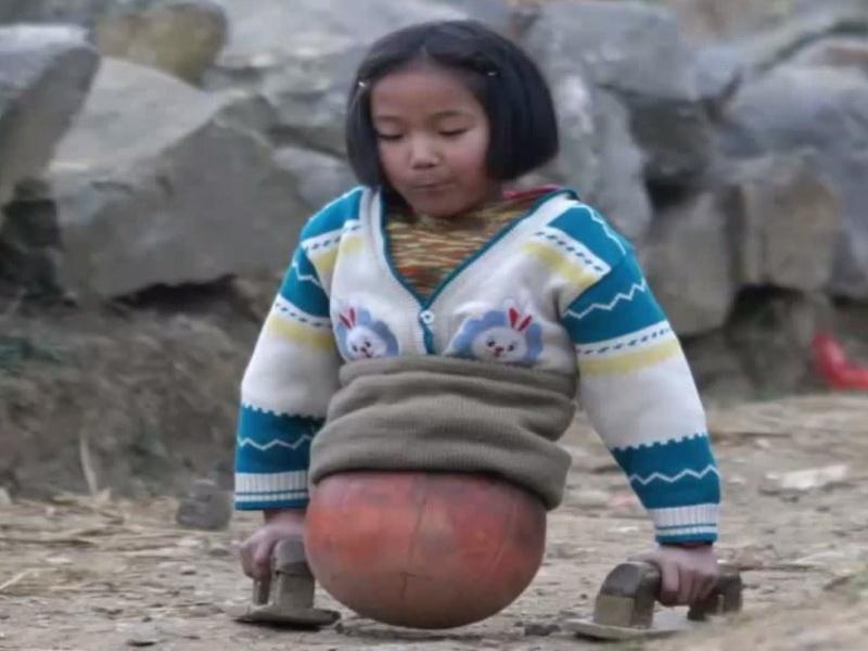 История невероятно сильной девочки без ног. У ее родителей не было денег на протезы…