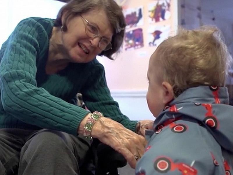 Социальный эксперимент: дом престарелых и детский сад под одной крышей