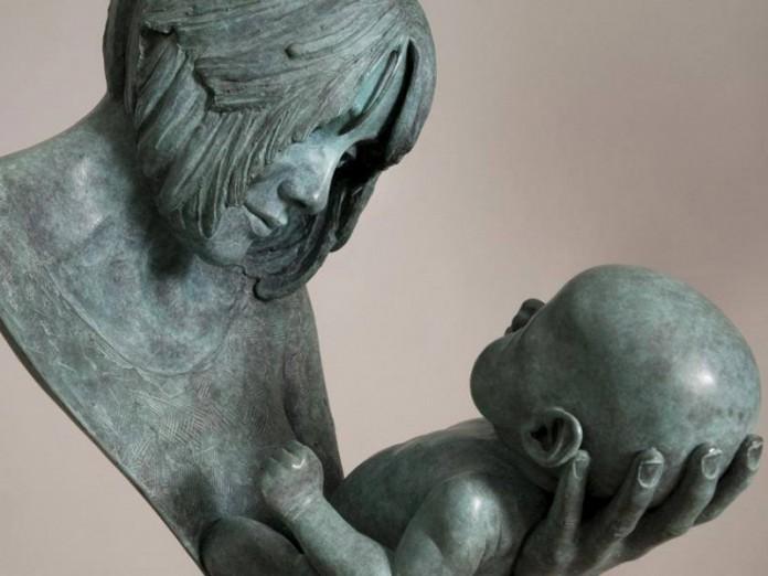 12 чудесных памятников всем мамам