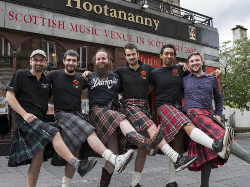 Шотландские официанты отказываются от килтов, потому что их часто лапают женщины