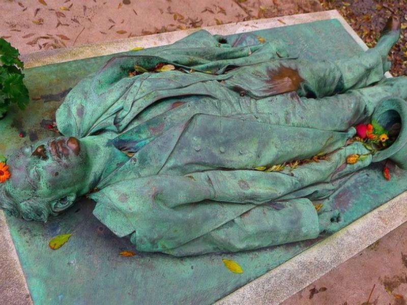 Сексуальная достопримечательность: надгробие, притягивающее женщин