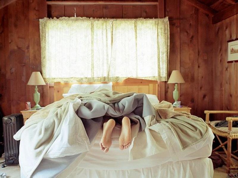 Почему мы всегда высовываем одну ногу из-под одеяла?