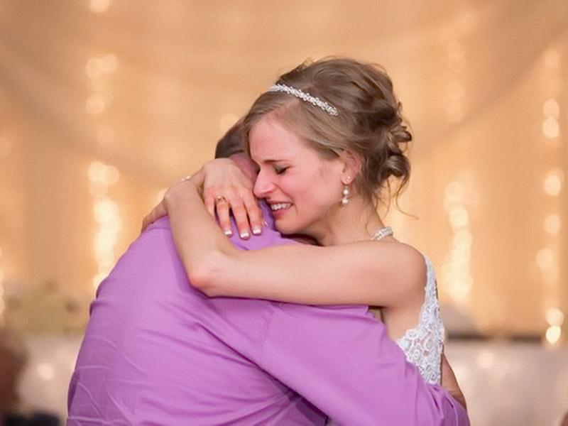Девушка победила рак и станцевала на своей свадьбе… Угадайте, с кем?