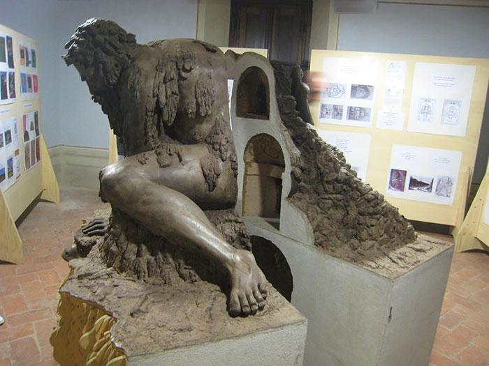 v-etoj-skulpture-skryty-tselye-komnaty-5