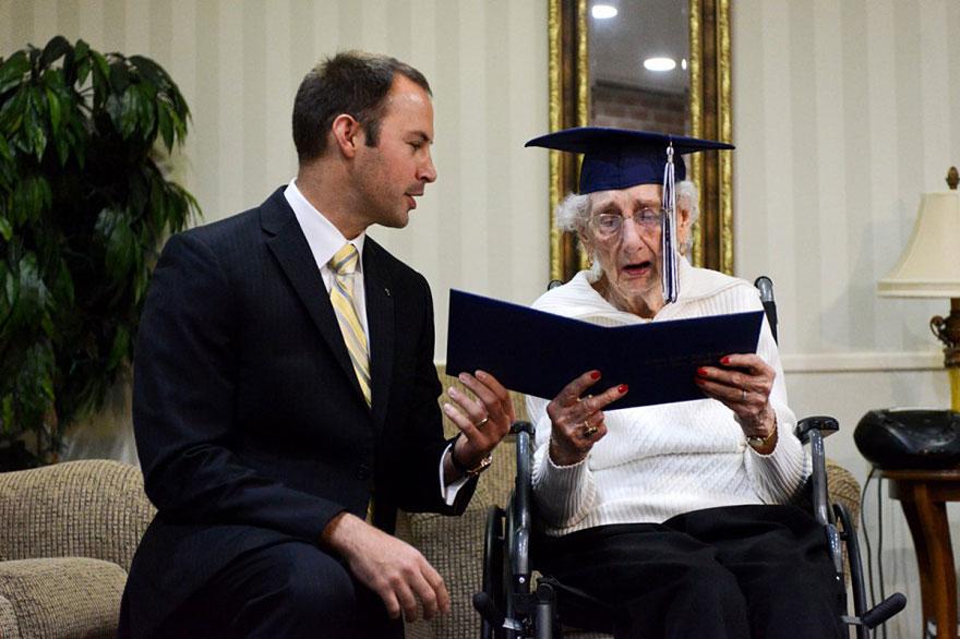 97-letnyaya-starushka-poluchila-diplom-ob-obrazovanii-2