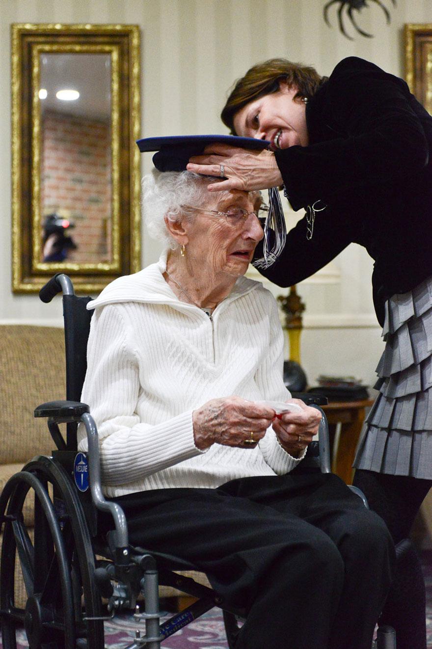 97-letnyaya-starushka-poluchila-diplom-ob-obrazovanii-3