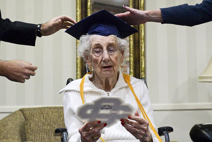 97-letnyaya-starushka-poluchila-diplom-ob-obrazovanii-5