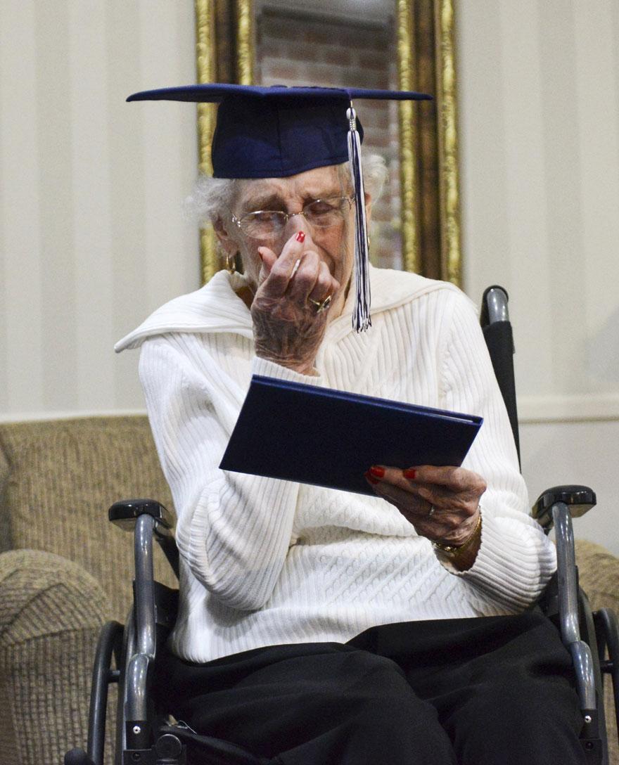 97-letnyaya-starushka-poluchila-diplom-ob-obrazovanii-7