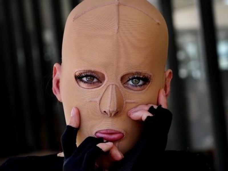 Какое лицо она прячет под маской?