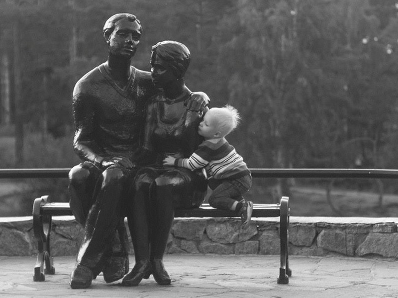 Эти детки умеют фотографироваться с памятниками