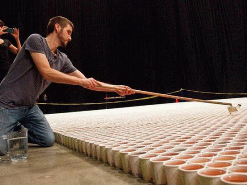 66 000 стаканчиков с водой, которые вместе образуют невероятную картину!