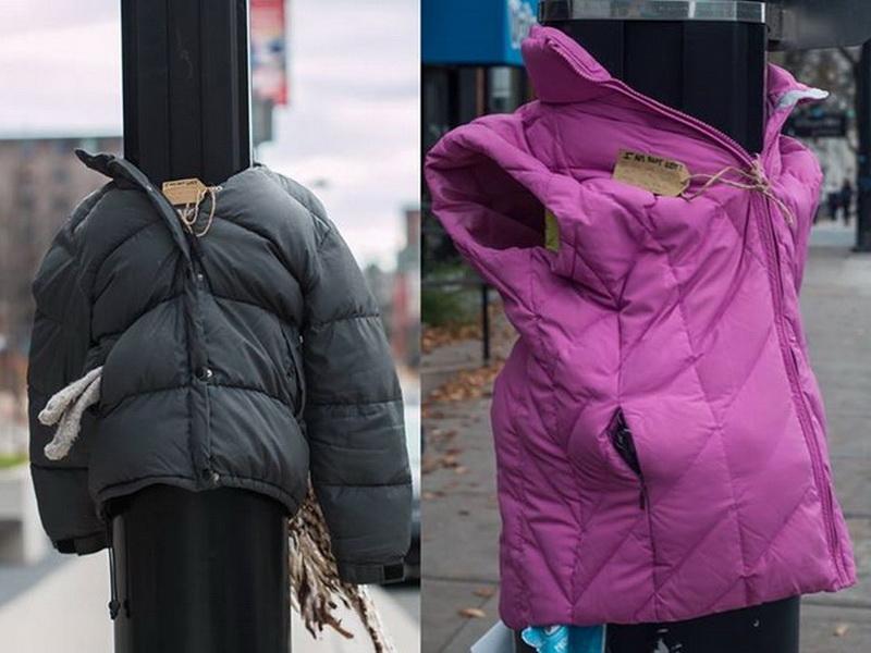 «Теплый» проект для наступающих холодов: дети оставляют на столбах куртки для бездомных