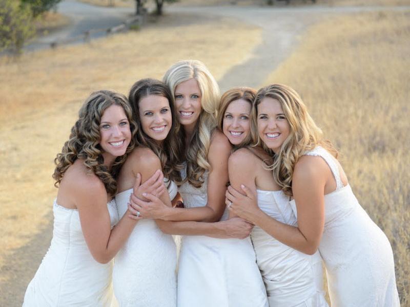 5 сестер решили отблагодарить родителей и сделали для них фото в свадебных платьях