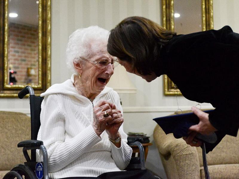 В 97 лет со слезами на глазах она получила диплом об окончании школы
