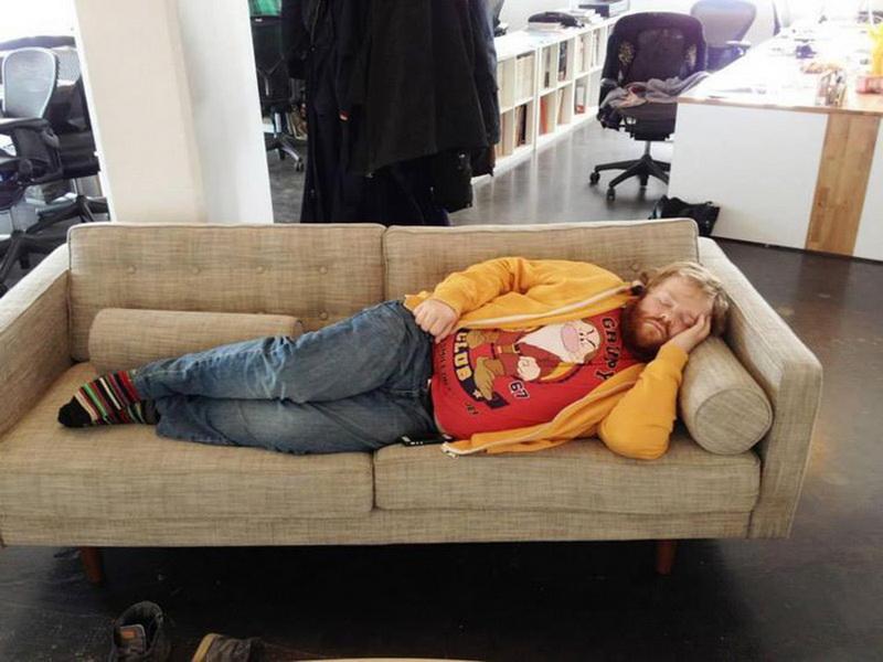 Он уснул на работе. Его коллеги не смогли упустить такой шанс разыграть друга…