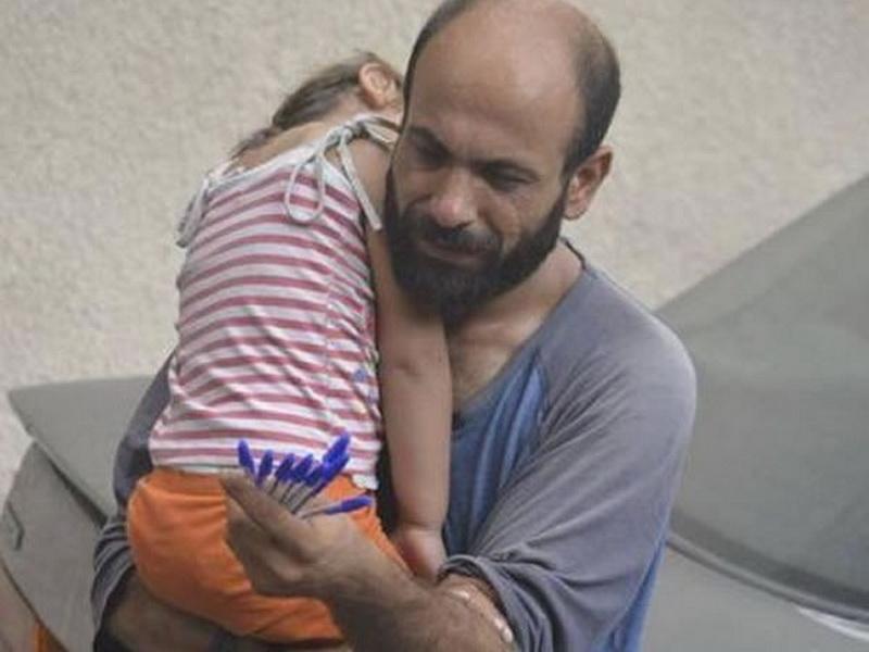 Это фото заставило плакать сотни тысяч людей. Вы удивитесь, когда узнаете, что стало с девочкой и ее отцом!