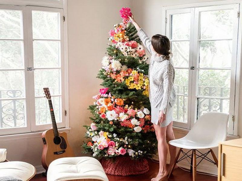 Новая тенденция украшать новогоднюю елку цветами выглядит просто волшебно!