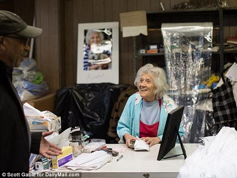 Ей 100 лет, но она все еще работает в прачечной по 11 часов 6 дней в неделю