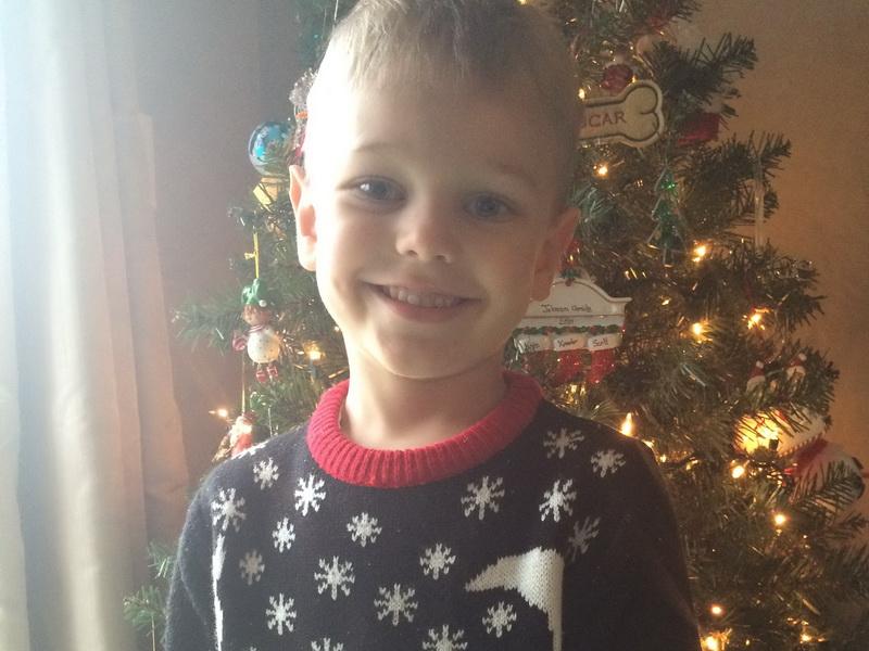 Мальчик получил замечание в школе из-за рождественского свитера, который ему надела мама