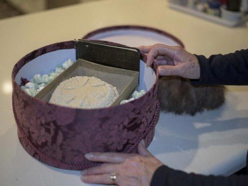 Убираясь в гараже, мужчина обнаружил свадебный торт бабушки и дедушки, которому стукнуло уже 100 лет!