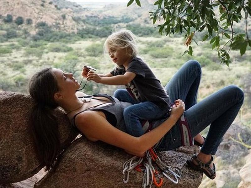 Мама, которая не боится подвергать свою дочь опасности
