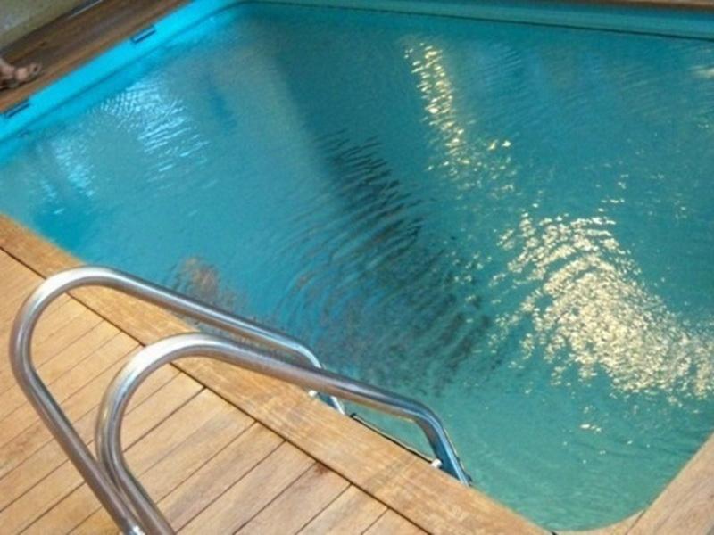 Вам кажется, что это простой бассейн. Но знали бы вы, что происходит под водой!