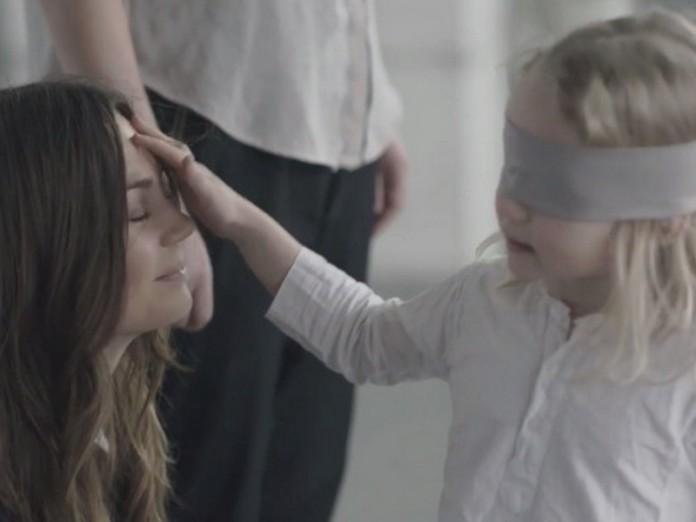 Ролик мама и дочь с завязанными глазами