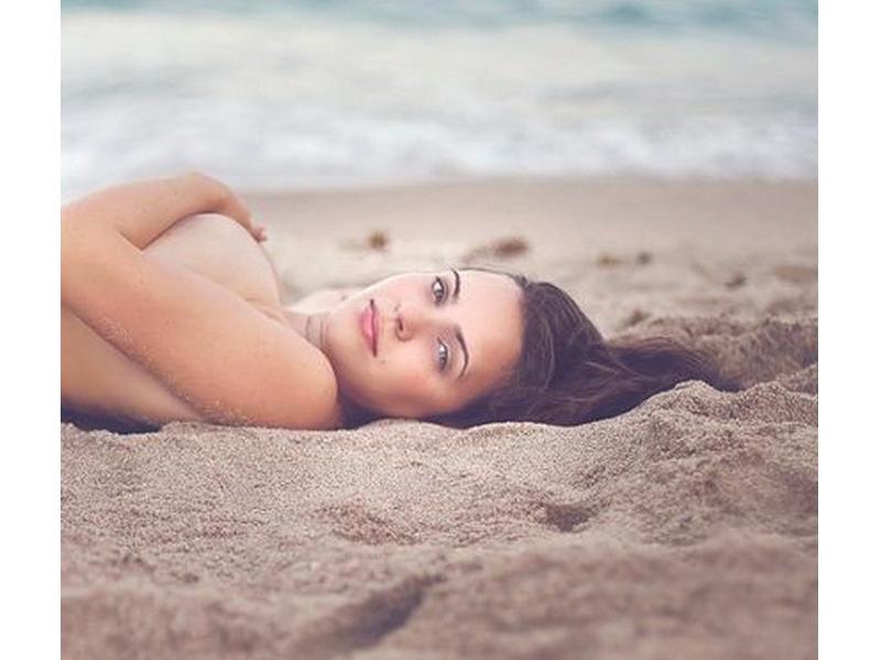 Полуголая девушка на пляже… Все ее знакомые были в восторге, когда увидели эти фото!