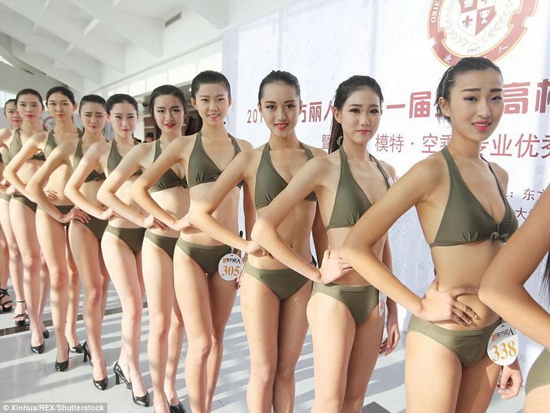 Тысячи студенток в Китае разделись ради должности стюардессы