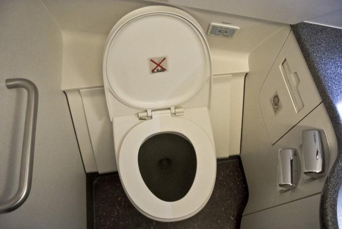 Женщина сделала туалет с мужика видео