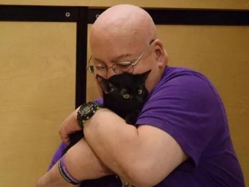 Мужчина называет котенка своим ангелом-хранителем. Причина просто поражает!