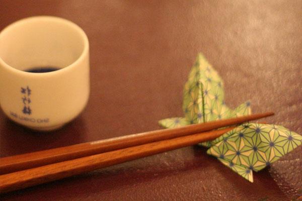 pravila-yaponskogo-etiketa-kitajskie-palochki-dlya-edy