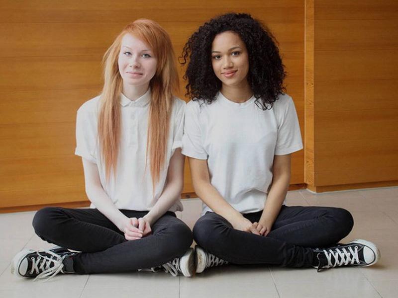Такие разные близняшки: уникальные разноцветные сестры