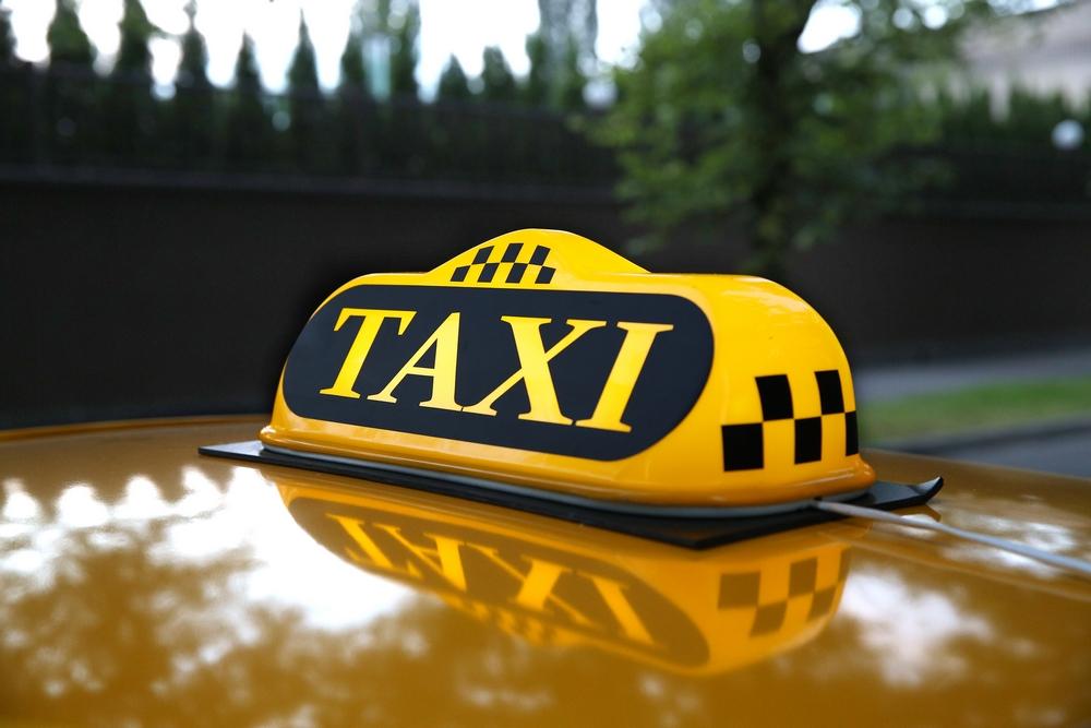 Садится батюшка в такси. Едут, и вдруг налетают на ухаб. (18+)