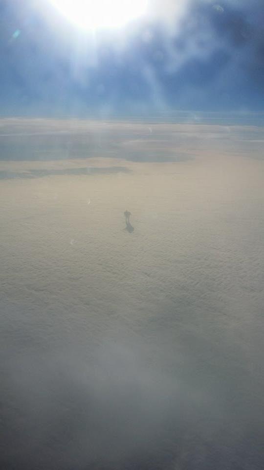 Пассажир-самолета-сфотографировал-«человека»-гуляющего-по-облакам-1