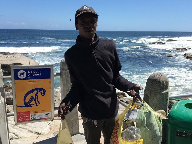Бездомный каждый день приходил на пляж… чтобы убирать там мусор!
