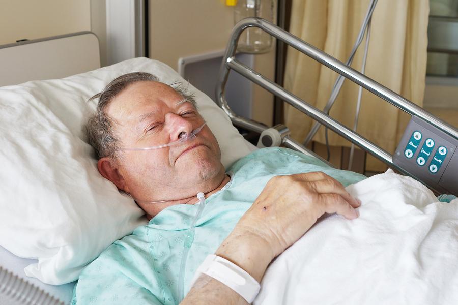 Жена сидит у изголовья кровати умирающего мужа. Он ей говорит…