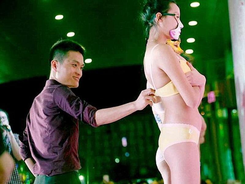 8 марта в Китае устроили конкурс… по расстегиванию бюстгальтеров!