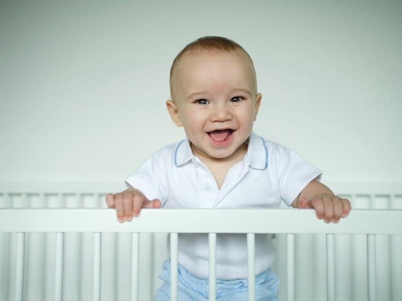 Мама была в шоке, когда увидела, как ее малыш выбирается из манежа!