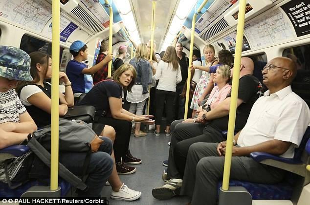 Женщина голая в метро, играет клитором домашнее