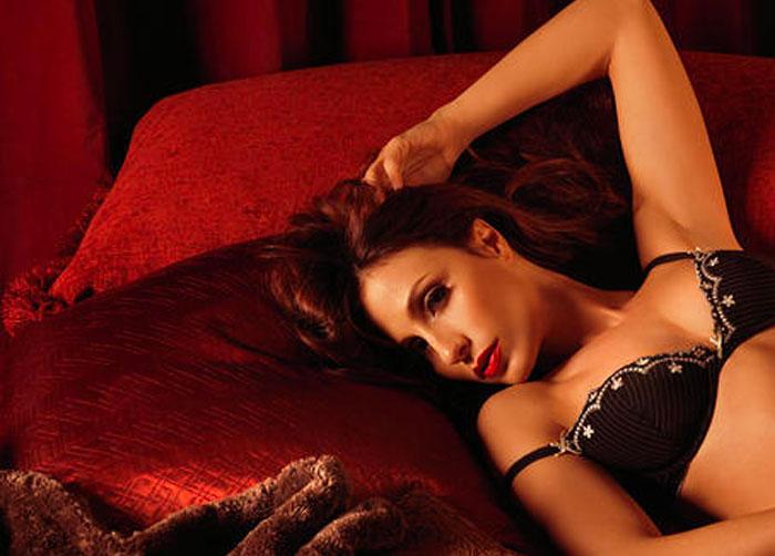Жена ложится на кровать, раздвигает ноги и… Вот, что значит читать ее мысли!