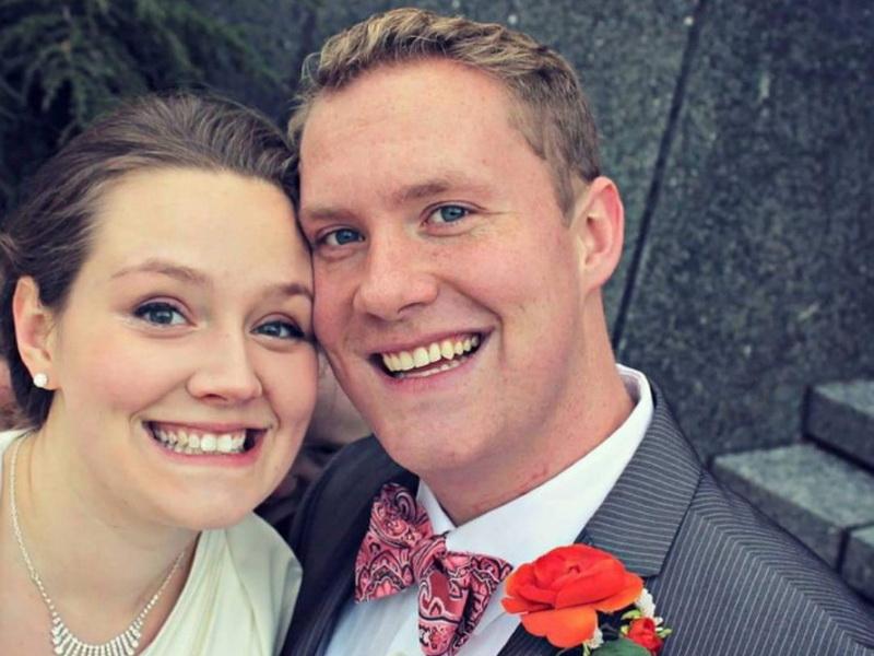 Это было их любимое свадебное фото, пока они не обратили внимание на одну деталь…