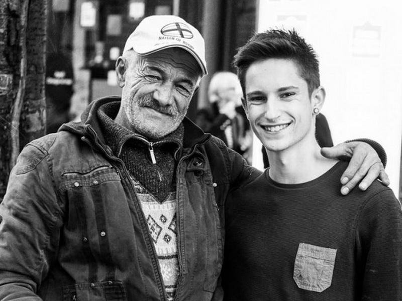 Можно подумать, что это отец и сын. Но большинство из нас никогда не замечает человека слева.