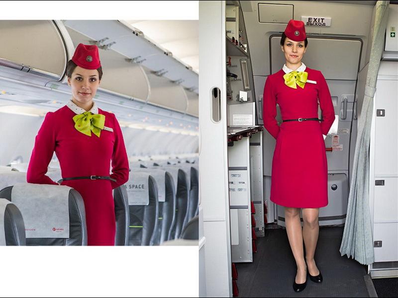 Почему бортпроводницы держат руки за спиной во время посадки?
