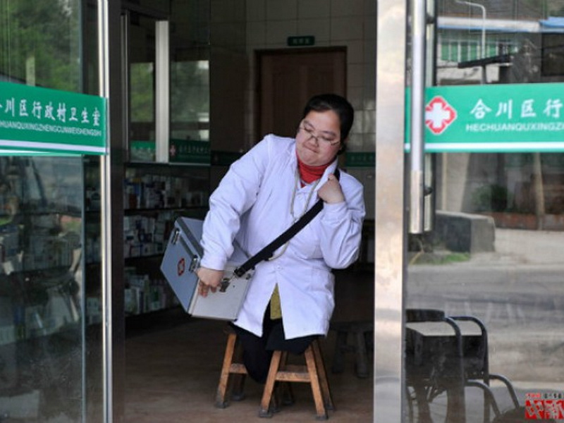 У нее нет ног, но она каждый день идет к своим пациентам на табуретках