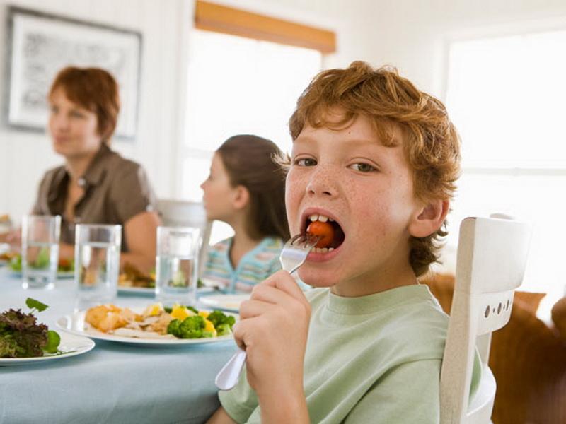 Маленький мальчик не слушался маму за обеденным столом. Но что он сказал потом!