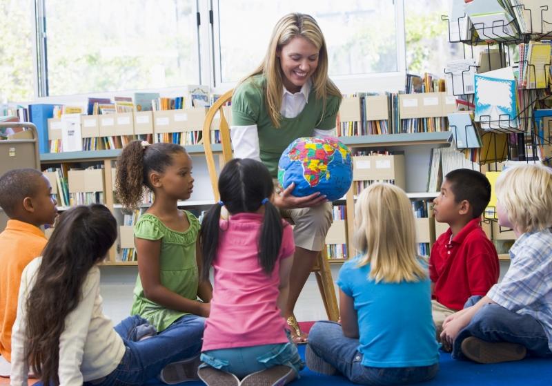 Воспитатель в детском саду помогала мальчику надеть ботинки. Но что он сказал дальше…