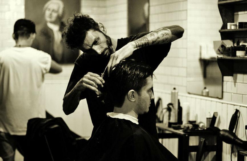 Клиенты были очень рады, что их бесплатно подстригли. А потом произошло ЭТО.